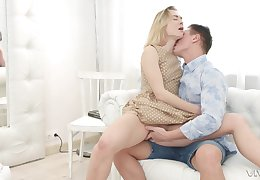 Kirmess crude babe in arms Jessica Lincoln pest fucked just about the addition of gets a facial