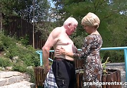 Old toff boondocks his dick in a younger girl's pussy in outdoors
